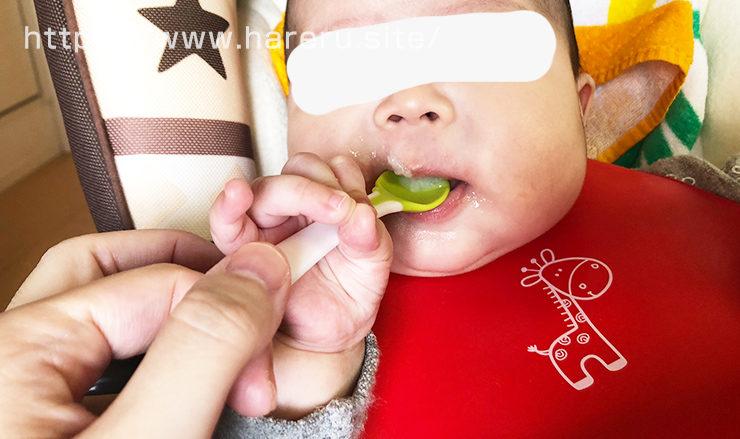 勢いよく離乳食にかぶりつく赤ちゃん